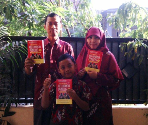 Joko Beserta Istri dan Anaknya bersama buku KISAH INSPIRATIF KELUARGA PENULIS